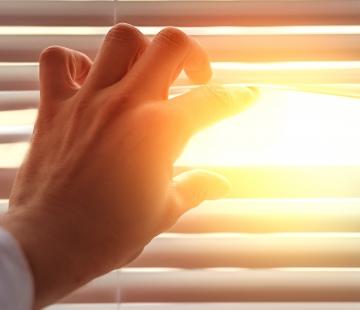 Canicule : vos travailleurs souffrent de la chaleur et ne sont plus productifs ? Une seule solution : le pare-soleil extérieur !