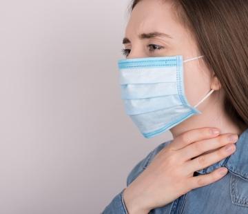 Port du masque et prévention des problèmes de voix et de gorge