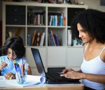 Faire du télétravail avec des enfants en âge scolaire à la maison : trucs et astuces